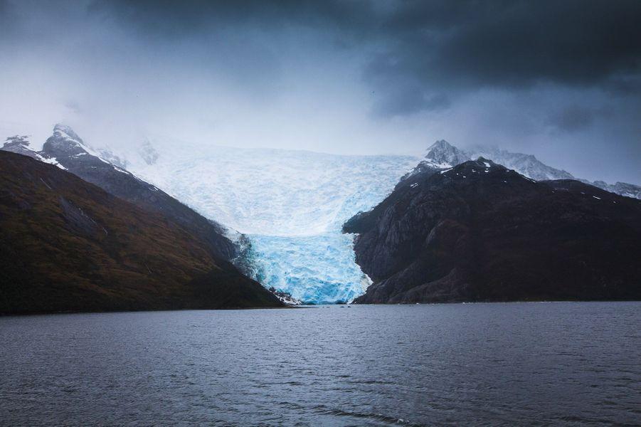 Ici, la seule lumière disponible est celle du prisme bleu de la glace millénaire.