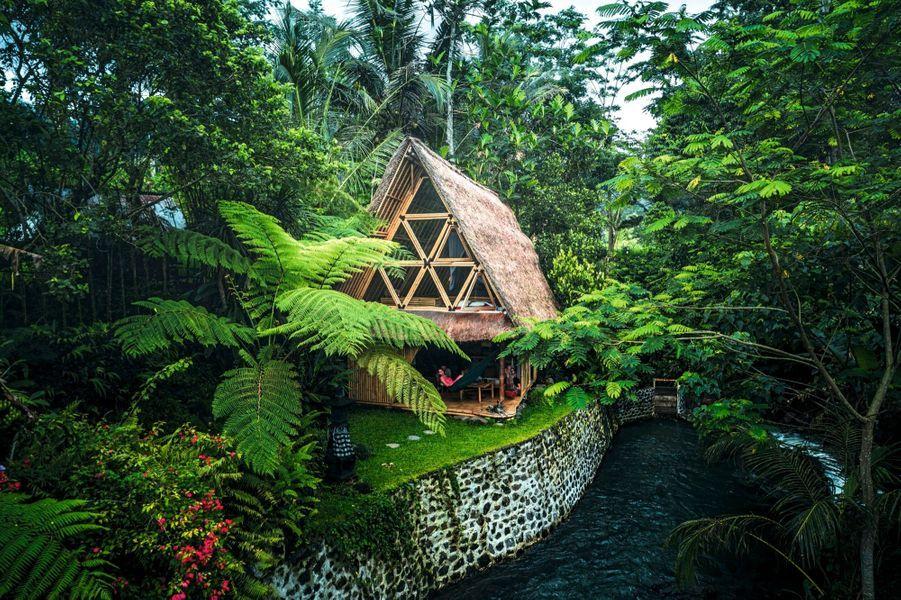 Pour les trendy aventuriers, hideout BaliCachée dans la jungle tropicale indonésienne, cette exquise cabane en bambou, près du volcan Agung à Bali, est entourée de rizières. Sur son terrain coule une rivière où les habitants du village aiment se baigner (parfois nus). Un charmant décor qui séduit les aventuriers instagrameurs en quête de paysages à couper le souffle. La promesse :une délicieuse plongée dans le mode de vie local. Bon à savoir :cette adorable petite maison est dotée d'une kitchenette. La porte ne ferme pas à clé !Prix : 140 € la nuit environ. Réservations :hideoutbali.com