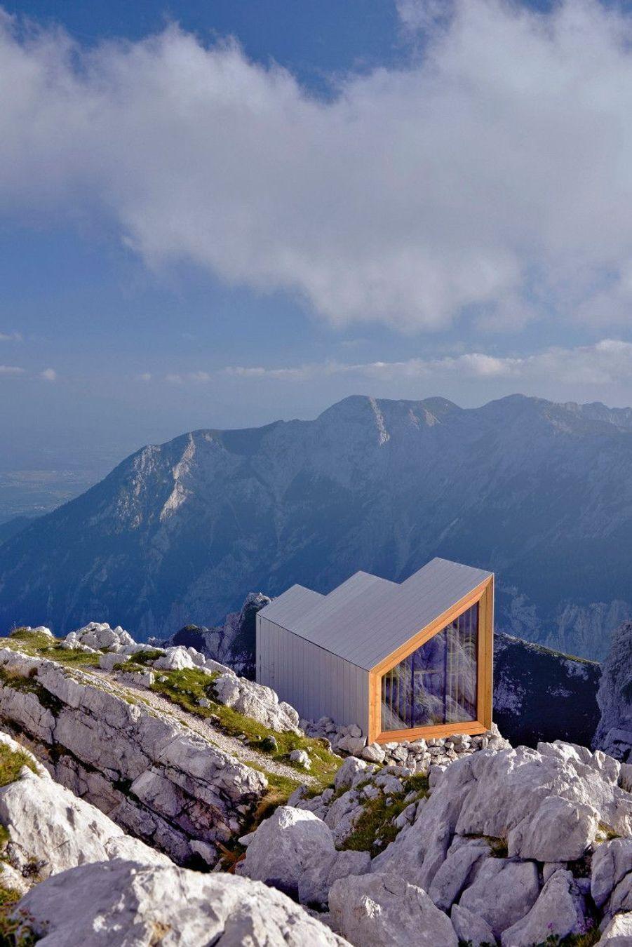 Pour les vrais randonneurs, Alpine ShelterComme posé en équilibre sur le Skuta, un sommet des Alpes situé en Slovénie, dominant une immensité rocheuse à perte de vue, ce refuge, imaginé par l'agence d'architectes Ofis, révolutionne enfin le genre pour un résultat bluffant d'esthétisme. La promesse :offrir un abri unique à quelques chanceux alpinistes en leur donnant l'impression de dormir à la belle étoile grâce aux larges baies vitrées donnant sur la vallée.Bon à savoir : le refuge est ouvert à tous et accueille jusqu'à huit randonneurs dans ses 12 mètres carrés.