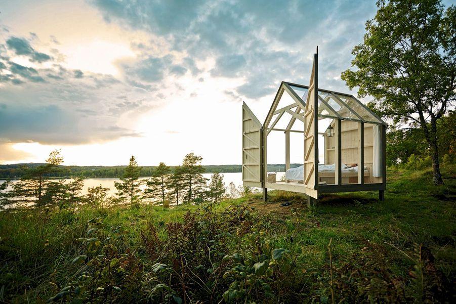 Pour les plus stressés, the 72 hour cabinSelon une récente étude de l'Office du tourisme suédois, le stress diminue de 70 % après trois jours (et trois nuits) passés en pleine nature. Il propose ainsi à ses visiteurs les plus anxieux une retraite dans cette minicabane en verre et en bois, perdue dans le Dalsland, région retirée dans l'ouest de la Suède. La promesse :réduire son niveau d'anxiété en plongeant dans ce paysage brut fait de lacs et de bois. Bon à savoir :pas de WiFi ; cannes à pêche et barques à disposition.Prix : 690 € les trois jours, repas inclus, pris collectivement, façon « feu de camp ». Réservations :visitsweden.fr