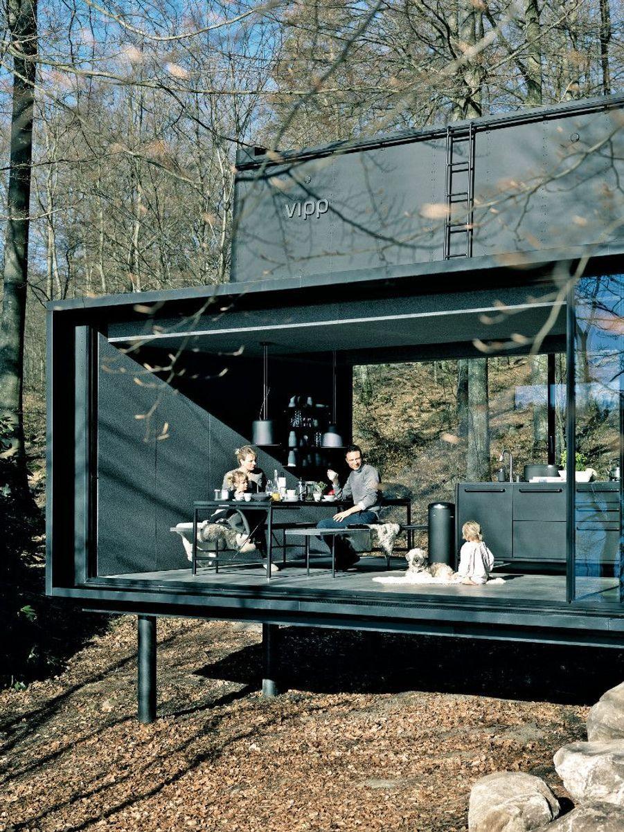 Pour les amoureux de design, VIPP shelterLa marque danoise a conçu une cabane préfabriquée très design en acier, de 55 mètres carrés, en pleine nature suédoise, au bord du lac Immeln, spot sauvage prisé des Suédois qui aiment s'y ressourcer. La promesse :vivre une expérience surprenante où le design se met au service de la nature environnante, les larges ouvertures favorisant la contemplation. Bon à savoir :pas de WiFi, pas de téléviseur.Prix : 600 € la nuit environ. Réservations :vipp.com