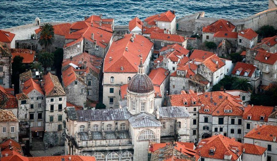 La vieille ville de Dubrovnik (Croatie), qui a subi un tremblement de terre en 1667, a pu préserver ses monuments de style gothique (églises, monastères, palais et fontaines). Dubrovnik fait actuellement l'objet d'un grand programme de restauration coordonné par l'Unesco après avoir été endommagée dans les années 1990 lors d'un conflit armé dans la région.