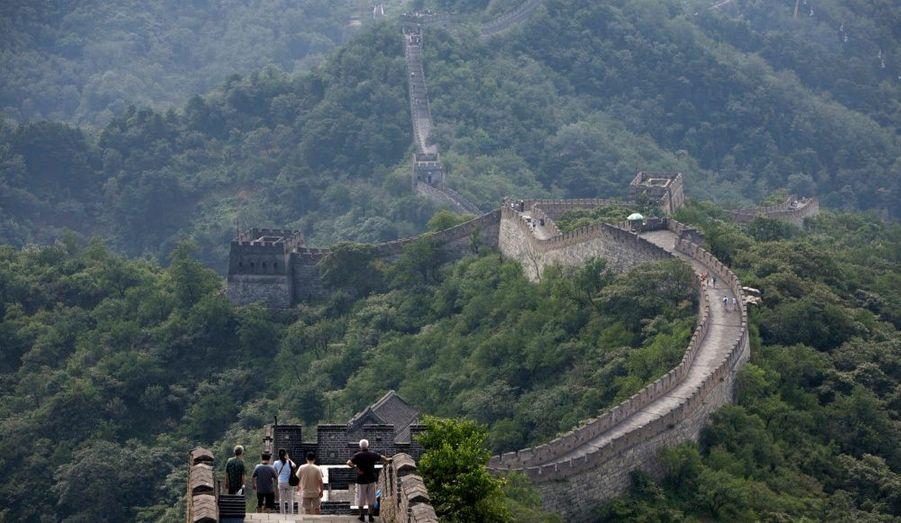 La Grande Muraille de Chine est constituée d'une multitude de fortifications militaires construites entre le IIIe siècle av. J.-C. et le XVIIe siècle afin de défendre la frontière nord du pays. C'est la structure architecturale la plus importante jamais construite par l'homme à la fois en longueur, en surface et en masse. Elle s'étend sur plus de 6400 kilomètres entre la frontière avec la Corée et le désert du Gobi. La largeur de la route au sommet du mur peut atteindre sept mètres et sa hauteur varie entre 5 et 17 mètres.