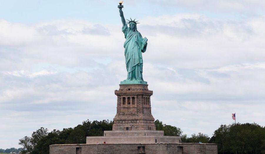 La statue de la Liberté est située sur l'île de Liberty Island, au sud de Manhattan. C'est un cadeau que la France a fait en 1886 pour célébrer le centenaire de la déclaration d'indépendance américaine. Plus généralement, la statue de la Liberté éclairant le monde représente la liberté dans son ensemble et le changement.