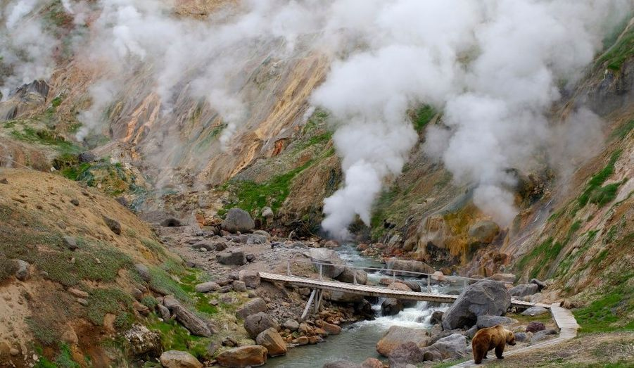 La vallée des geysers, située dans la vallée de Kamtchatka en Russie (en russe : Камчатка), faisait partie des cinq lieux au monde qui regroupait un nombre important de geysers actifs. Avant une coulée de boue en juin 2007, le Kamchatka en abritait 100. L'activité sismique reste tout de même menaçante dans cette région.