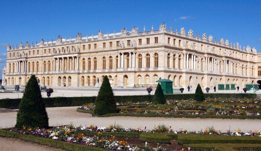 Le château de Versailles et ses jardins ont été le lieu de résidence de la monarchie française de Louis XIV à Louis XVI. Souvent copié pour sa beauté par les architectes du monde entier, le château de Versailles est notamment connu pour ses grands appartements et sa galerie des Glaces. Chaque année, de nombreux événements sont organisés tels que les Grandes Eaux Nocturnes ou les Grandes Eaux Musicales.