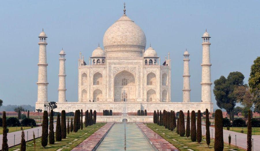 Le Taj Mahal se situe au bord de la rivière Yamunâ dans l'État de l'Uttar Pradesh en Inde. Le mausolée de marbre blanc a été construit par l'empereur moghol Shâh Jahân en mémoire à son épouse décédée en couches en 1631. Le Taj Mahal, qui signifie le Palais de la Couronne, est un des monuments les plus parfaits construits par l'homme.