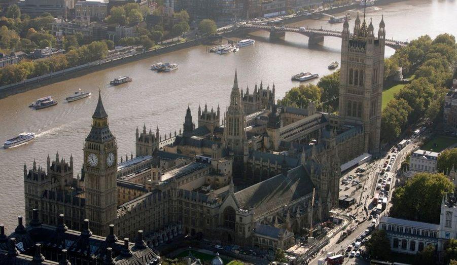 Le palais de Westminster abrite le siège du parlement anglais et borde le fleuve de la Tamise. L'église Sainte-Marguerite et une abbaye viennent s'ajouter au site historique de la ville de Londres. Le palais possède plusieurs tours dont la plus célèbre est celle de la tour de l'Horloge puisqu'elle est composée de cinq cloches, qui sonnent tous les quarts d'heure. Parmi elles, la grande cloche de Westminster, plus connue sous le nom de Big Ben.