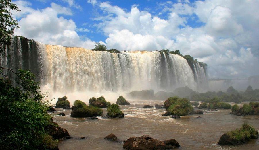 Le parc national de l'Iguaçu (Brésil) possède une végétation luxuriante et des espèces rares telles que la loutre géante et le fourmilier géant. Il est avant tout connu pour ses impressionnantes chutes d'eau. Il ne faut pas le confondre avec le parc national d'Iguazú, qui lui, se trouve du côté argentin.