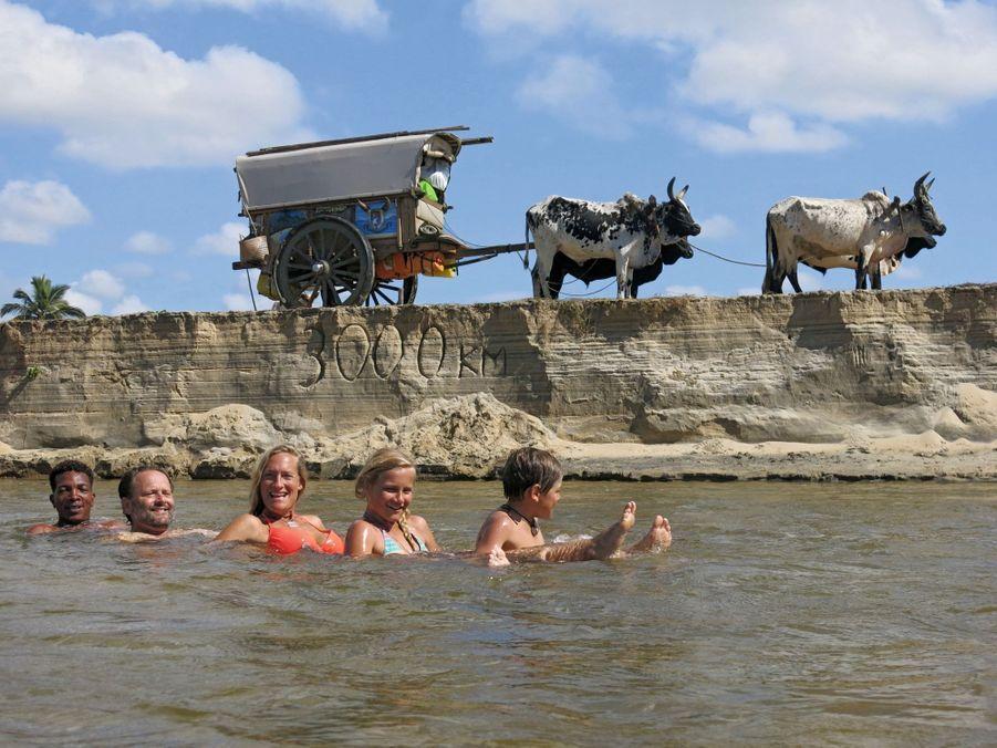 Sur une petite embouchure au nord de Toamasina, la grande ville de l'Est, le 21 août 2016. Portés par le courant, à cheval sur des bambous (de g. à dr.) : Revel, Alexandre, Sonia, Philaé et Ulysse.