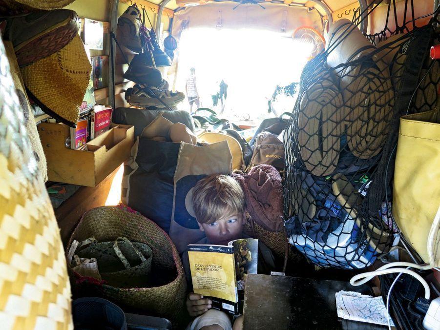 Ulysse s'est trouvé un petit coin dans la charrette pour lire une histoire de pirates.