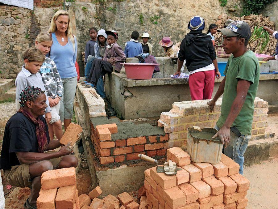 Restauration d'un lavoir dans un quartier historique de Fianarantsoa. Sous les yeux de Sonia, de Philaé et d'Ulysse