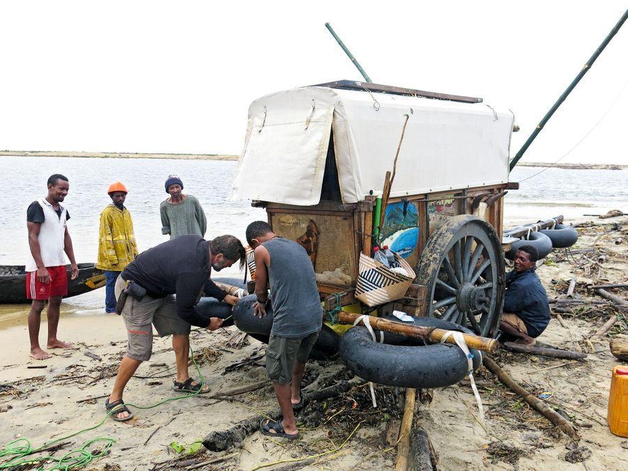 Mise en place de chambres à air sous la charrette pour traverser le Rianila.