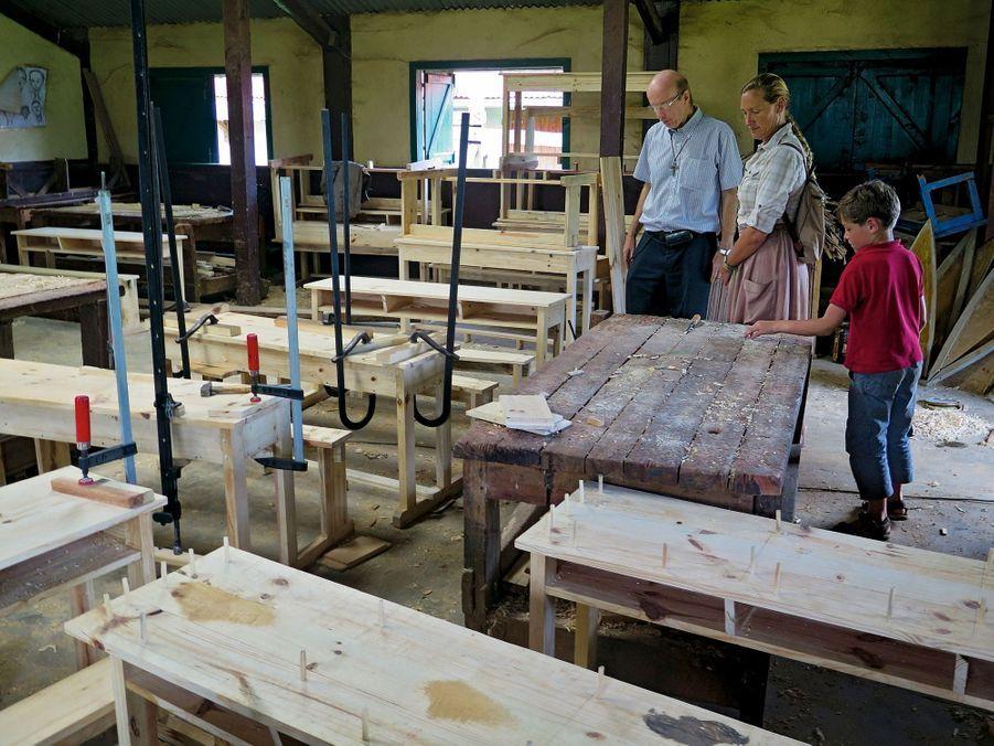 A Vohipeno, le père Amyot d'Inville fait visiter à Sonia un foyer pour handicapés. Ici l'atelier de menuiserie.