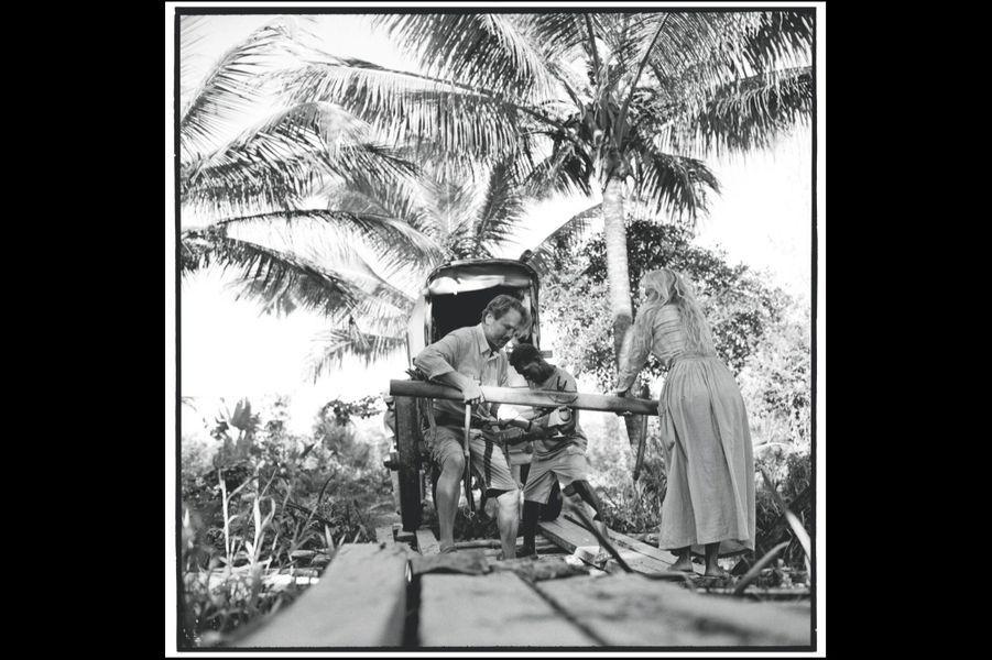 Alexandre, Sonia et Revel tirent eux-mêmes leur véhicule sur un pont de planches disjointes, trop dangereux pour les zébus.