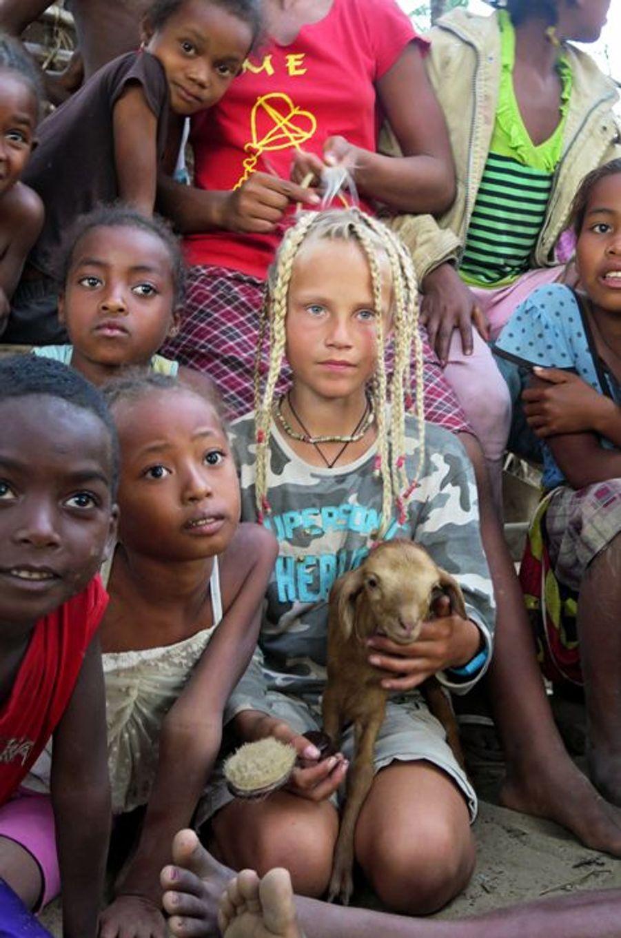 A Bevoalava, dernier village de la côte sud-ouest, les filles font des nattes à la petite Française et lui confient un chevreau.