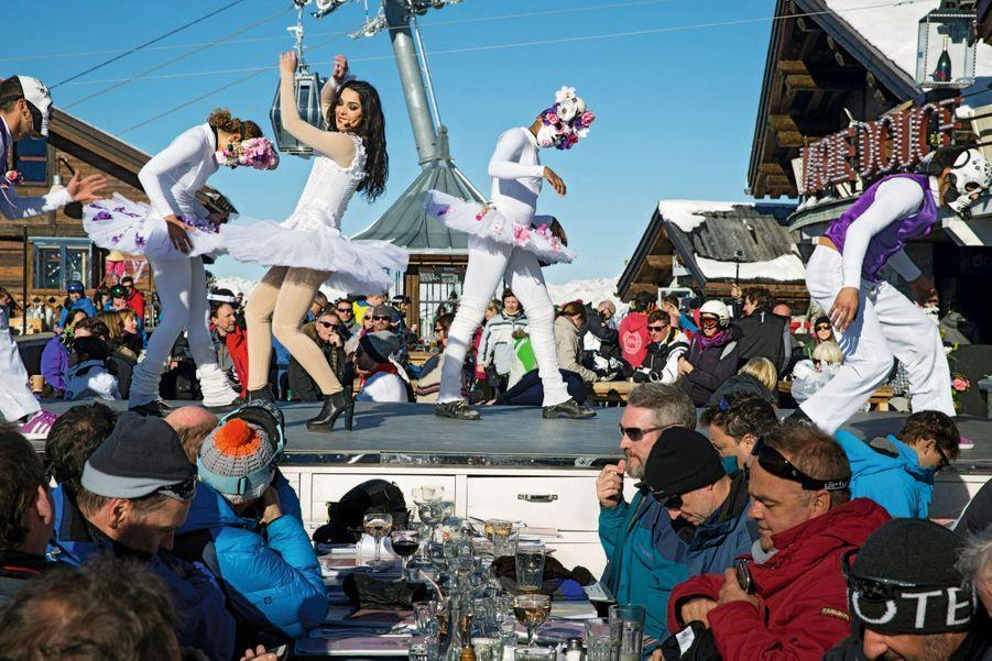 Tutus, maxi-guêtres et danse de la mort : avec la troupe de La Folie douce de Méribel-Courchevel, en haut de la piste Mauduit.