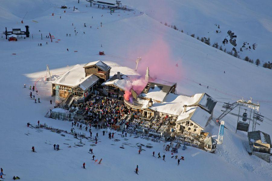 16 heures, le summum de la fête sous le soleil couchant, à Val-d'Isère, la première Folie douce inaugurée par Luc Reversade