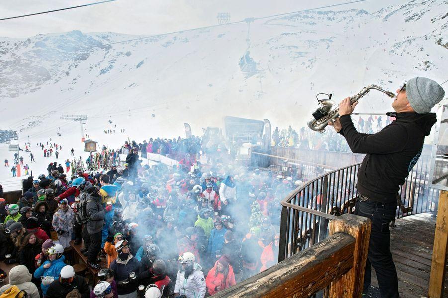 A Val-Thorens, ce n'est plus la queue au tire-fesses mais à l'entrée du club. Dress-code : casque et lunettes de ski.