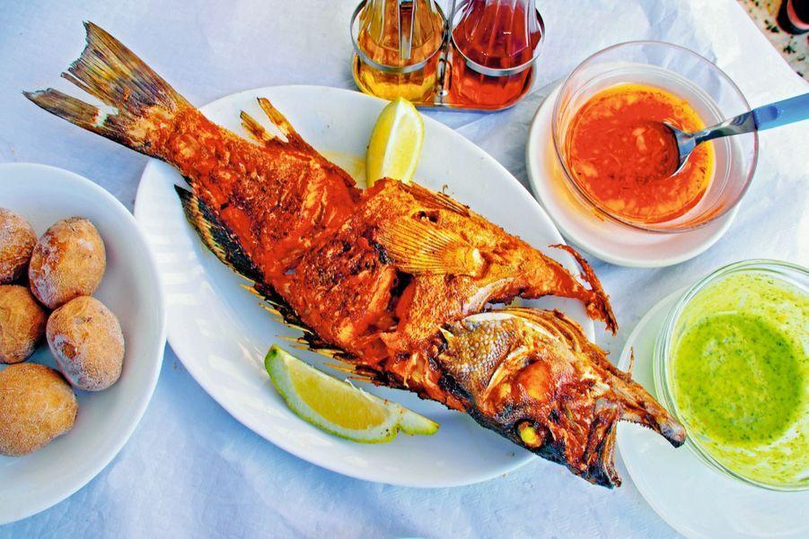 Pour les dîners de fête, les habitants alternent entre deux spécialités : le poisson perroquet (photo ci-dessus), « la vieja », épicé aux agrumes, cuit au four, et la goûteuse viande de chèvre à l'étouffée, le tout assorti d'un vin blanc et sec de Lanzarote, l'île voisine. Un voyage gustatif fin, léger et savoureux.