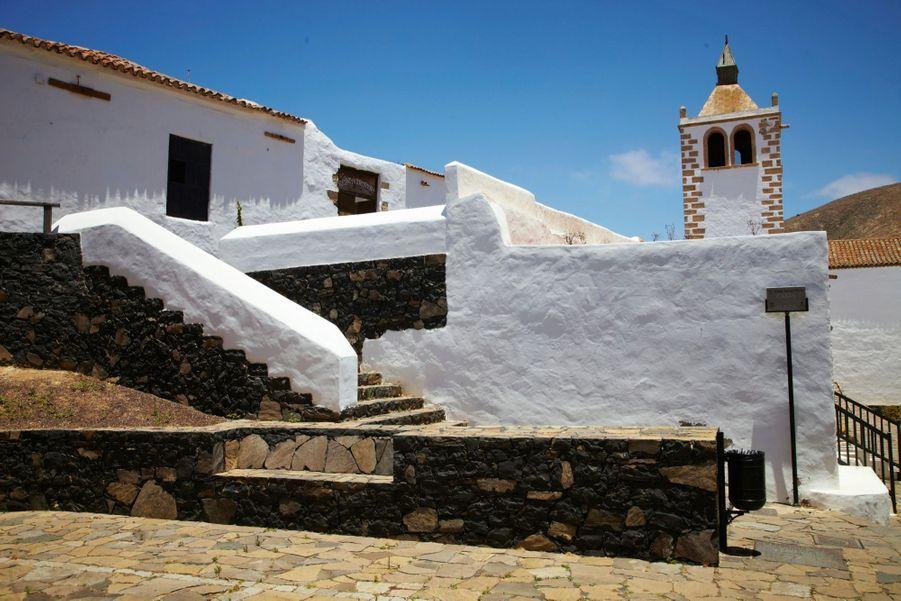 Betancuria, le plus ancien village, aux murs peints à la chaux, dont la mairie date de 1422, prend des airs andalous dans la torpeur de l'après-midi.