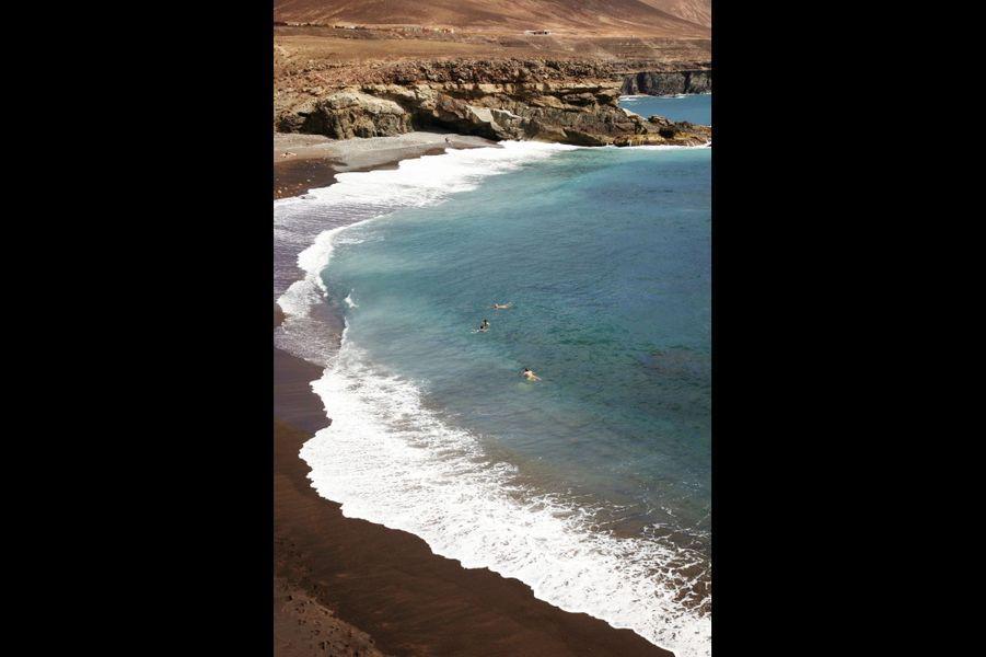 """""""La plage de sable noir et les falaises du petit port de pêche d'Ajuy. Les roches et les grottes sont les plus anciennes de l'archipel des Canaries, vingt millions d'années !"""""""