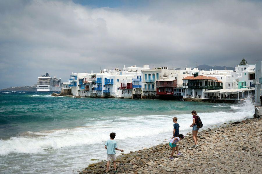 Sur la plage de la Petite Venise, le vieux quartier de Mykonos. Les maisons sont construites sur la mer avec leurs loggias de bois en surplomb.