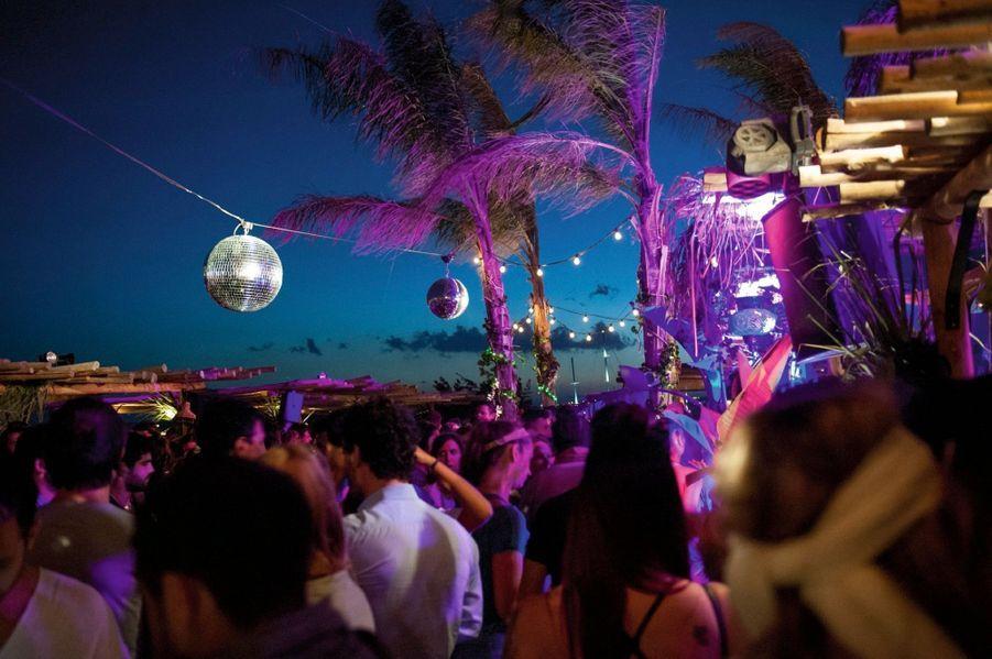 Au Scorpios, la décoration change tous les soirs mais l'ambiance est immuable. Un club très « peace and love » avec musique expérimentale, feu de camp, plumes dans les cheveux…