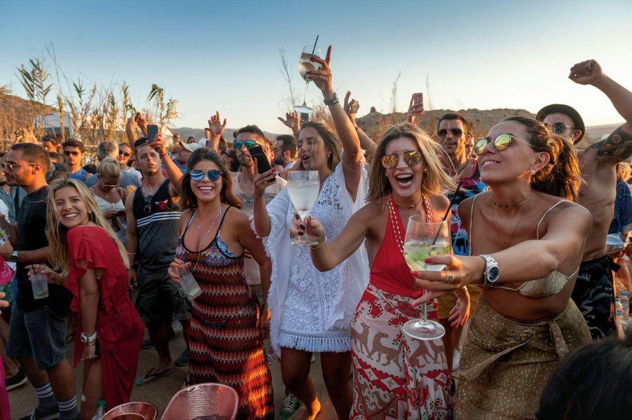 Sur la plage privée d'Alemagou, le bout du monde en grec, près de Ftelia. A l'heure de l'apéro sur fond de musique électro. A minuit, le resto-bar ferme ses portes : la soirée continuera ailleurs.