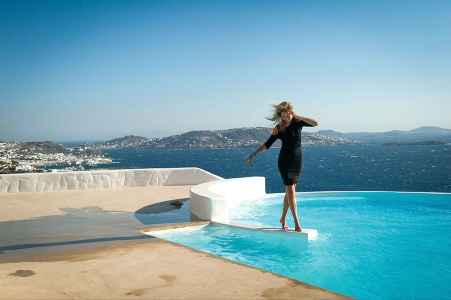 Fiona, ex-mannequin finlandais, reconvertie dans la conciergerie de luxe, nous ouvre une des plus belles villas de l'île. Elle est louée 15 000 euros la journée.