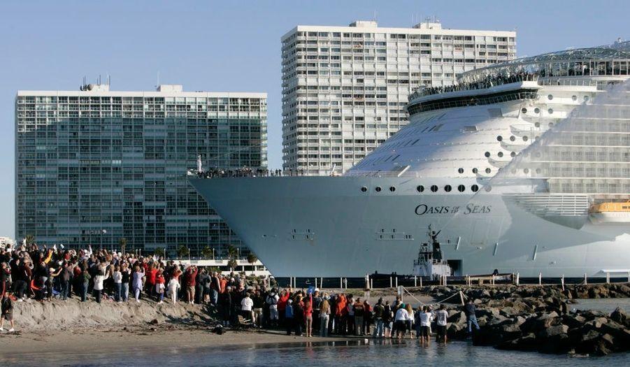 L'Oasis of the Seas, plus grand bateau de croisière jamais construit, est arrivé à son port d'attache, à Fort Lauderdale en Floride. Son voyahe inaugurale devrait avoir lieu le 1° Décembre prochain.