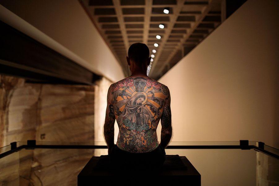 Tattoo Tim by Wim Delvoye.Le dos de l'homme qui loue son dos au musée Mona.