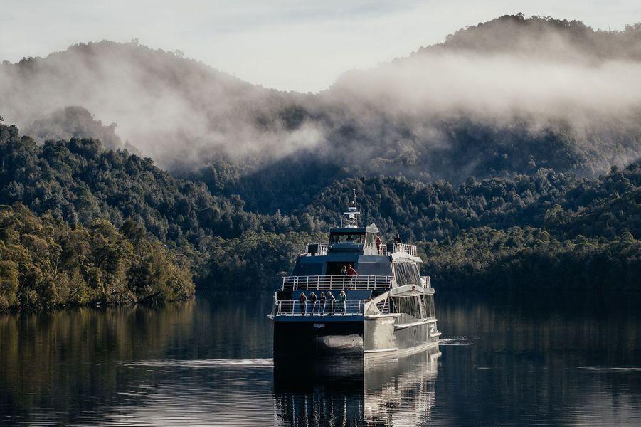 Le ferry de la croisière Gordon Rivers Cruise vogue tranquillement au coeur de la forêt primaire.