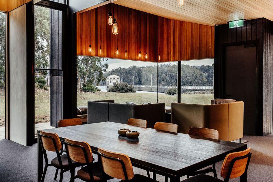 La salle à manger où chacun se prépare son repas à Pumphouse Point.