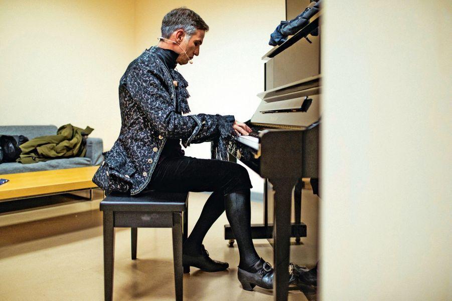 En coulisses, Laurent « Solal » Morhain se chauffe la voix, au piano.