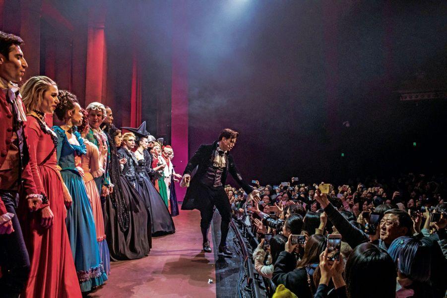 La troupe de « Mozart, l'opéra rock » dans le parc du Temple du ciel à Pékin le 24 février. De gauche à droite : Corentine Collier (Aloysia Weber), Laurent Ban (Salieri), Mikelangelo Loconte (Wolfgang Amadeus Mozart), Noémie Garcia (Nannerl Mozart), Merwan Rim (L'aubergiste), Laurent « Solal » Morhain (Leopold Mozart), Aurore Delplace (Constance Weber) et Yamin Dib (le comte Rosenberg).