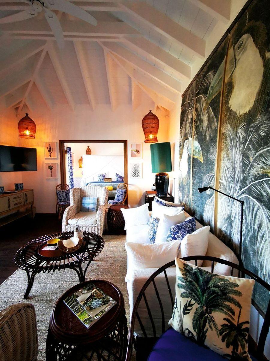 Le décor tropical de la Villa Marie avec dominante bois et tissu.