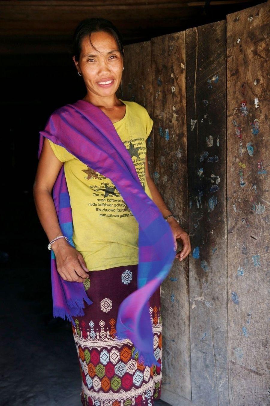 En Asie du Sud-Est, les femmes rivalisent de couleurs dans leurs tenues. Ici, une Laotienne