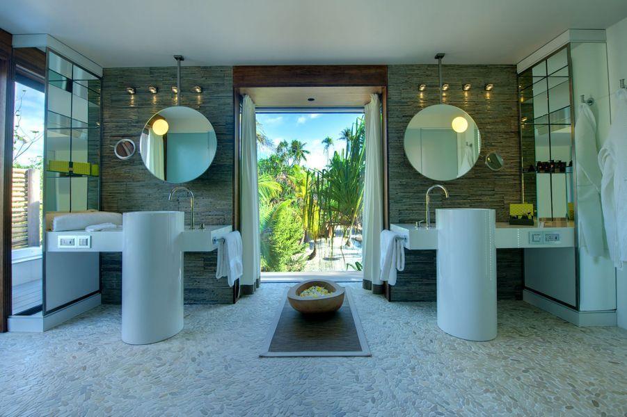 Salle de bain palace, ouverte sur les beautés de la nature