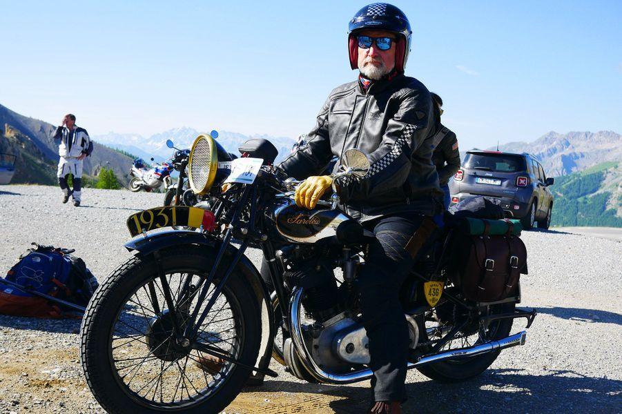 Olivier sur sa moto d'avant-guerre, arrivé au sommet de l'Iseran.
