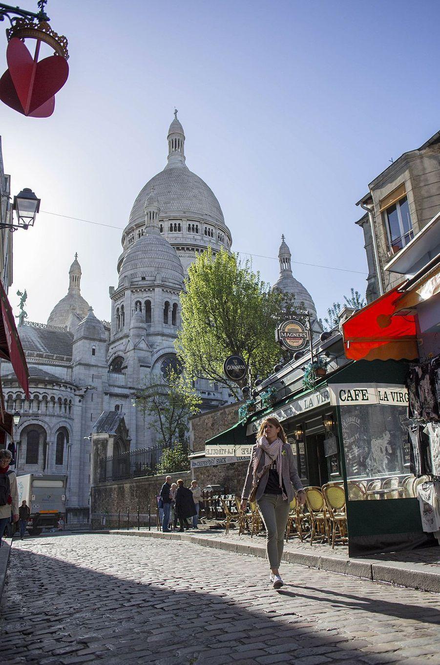 Basilique du Sacré Coeur, vue depuis une ruelle à Montmartre, Paris 2015.