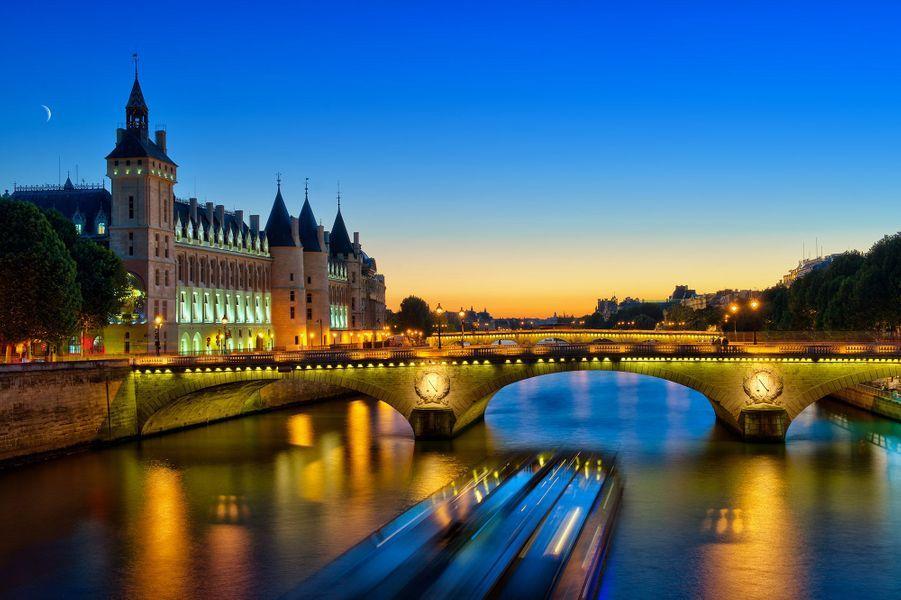 La Seine de nuit, vue sur la Conciergerie, bateau de croisière, Paris.