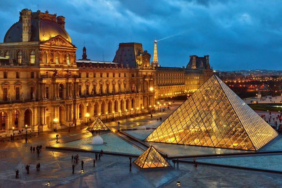 Cour Carrée du Musée du Louvre, Pyramide éclairée, Paris.