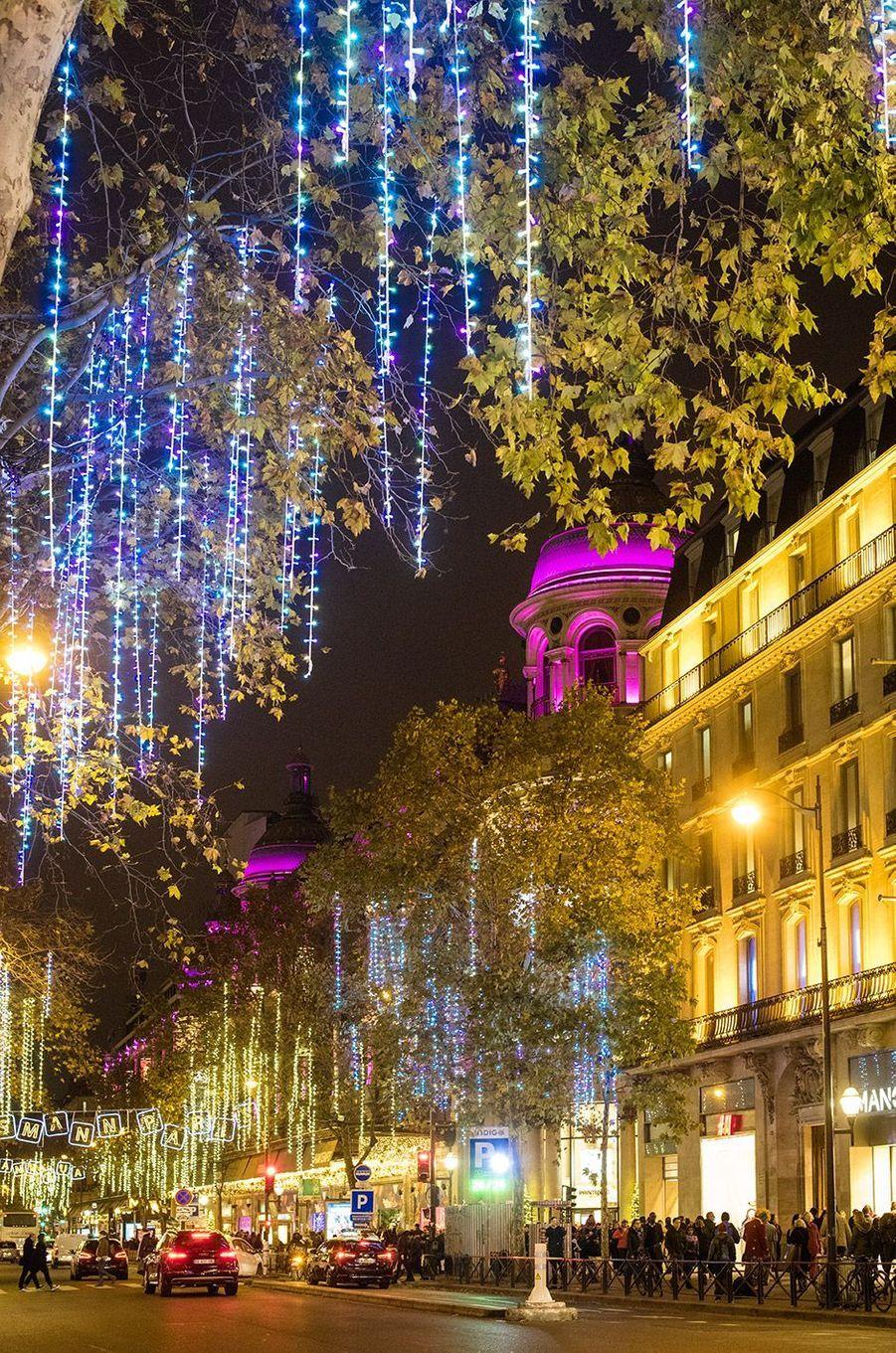 Grands magasins du Boulevard Haussmann avec illuminations de Noël, Paris 2017.