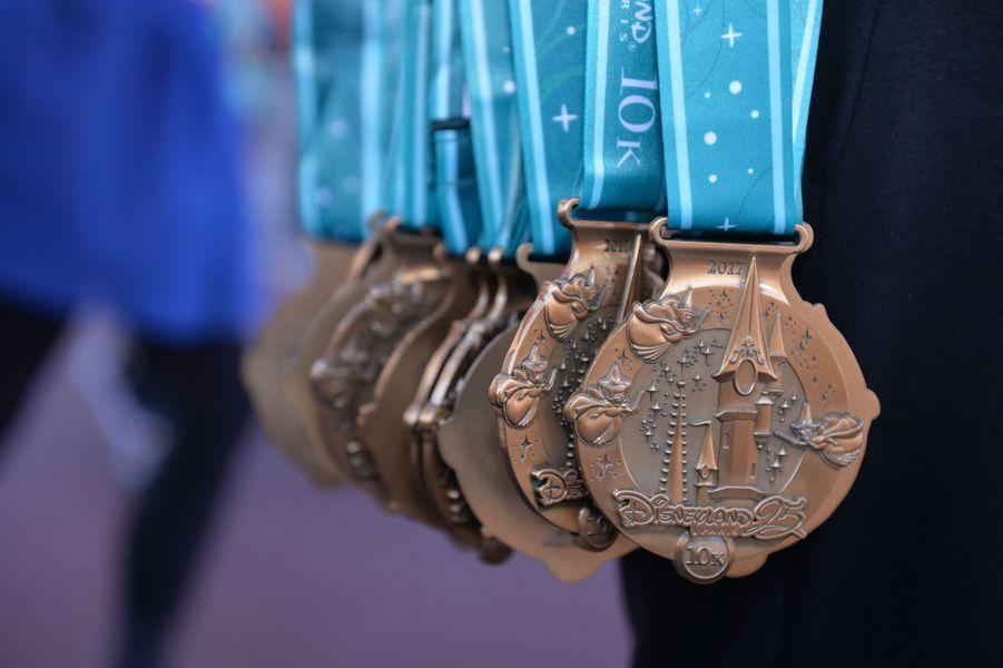 Les médailles de la course du 10 kilomètres à Disneyland Paris, le 23 septembre 2017.