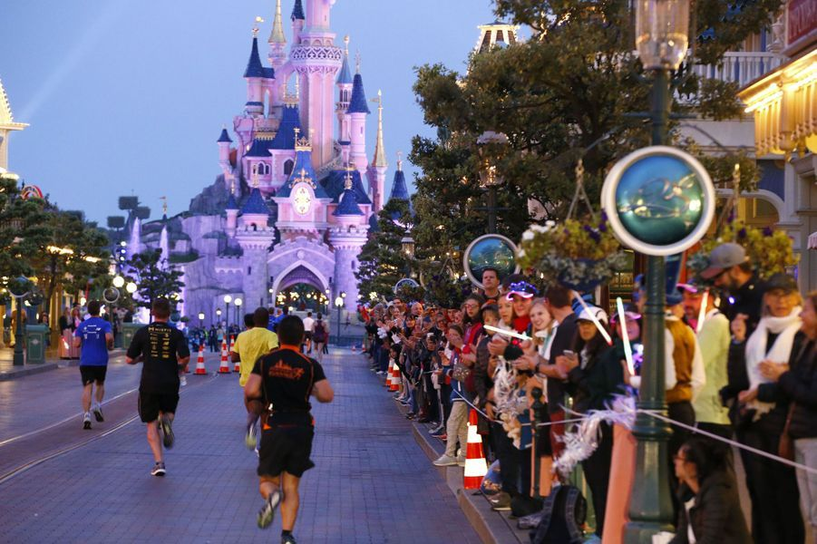 Durant la course du semi-marathon à Disneyland Paris, le 24 septembre 2017.