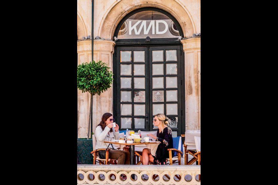 Dubrovnik et l'un de ses nombreux bâtiments historiques reconvertis en café branché.