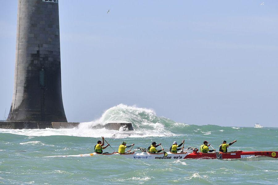 """La Vendée Va'a vient de boucler sa 9èmeédition aux Sables d'Olonne. Ici, l'équipage de la """"Méduse"""" virant au phare des Barges, vainqueur de l'épreuve."""