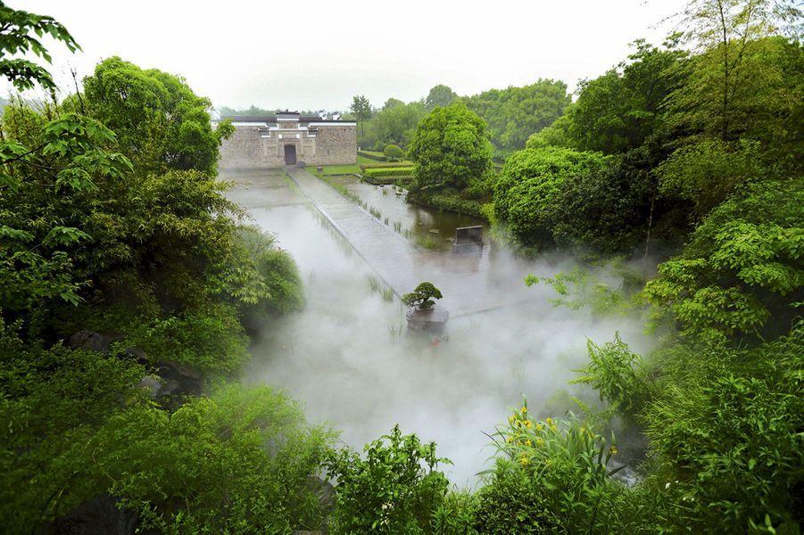 Dans un écrin végétal, composé de camphriers centenaires, la villa privée du propriétaire de l'hôtel Amanyangyun.