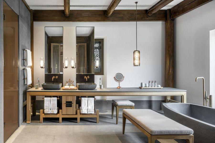 Une salle de bains, au design et confort luxueux.